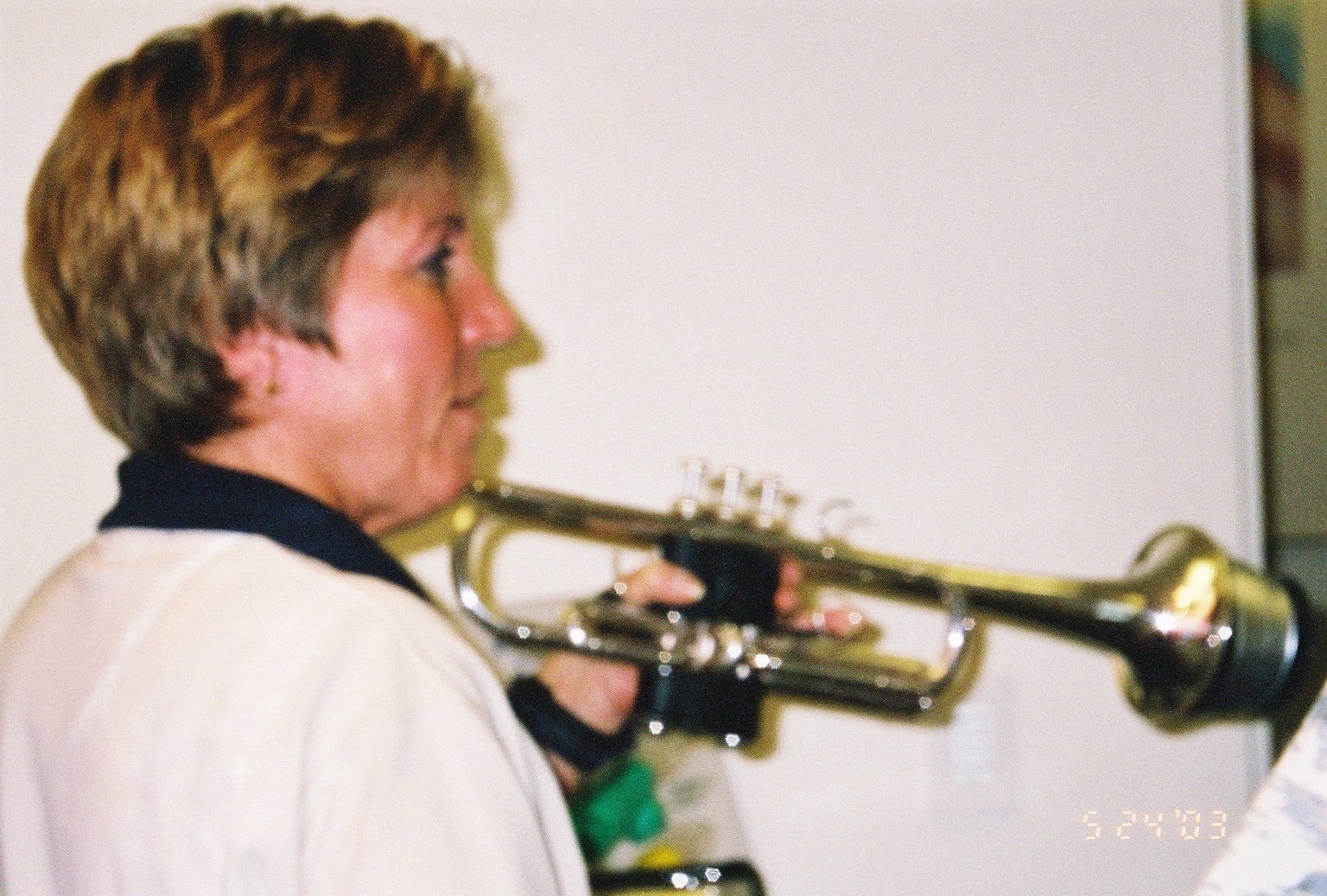 Carolyn holding trumpet to play at PowerLung booth at ITG 2003